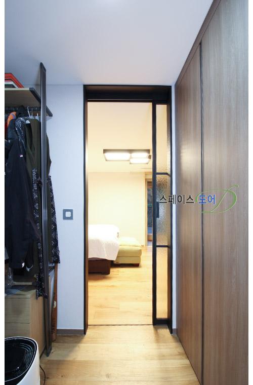 스페이스도어,아파트중문,현관중문,슬라이딩도어,거실중문,중문가격,현관인테리어,중문설치/안방드레스룸중문 1짝슬림슬라이딩도어-수원광교이편한세상아파트중문